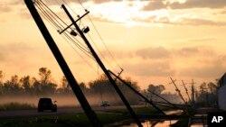 Tiang-tiang listrik yang roboh diterjang Badai Ida di Reserve, Louisiana, Jumat, 3 September 2021.