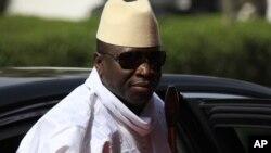 Le président Yahya Jammeh de la Gambie arrive pour un sommet sur la sécurité au cours d'une commémoration du centenaire de l'unification du nord du Nigeria et le sud à Abuja, au Nigeria, le 27 février 2014.