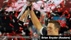 Kvoterbek Tampa Bej Bakanirsa Tom Brejdi proslavžlja titulu šampiona NFL-a sa trofejem koji nosi ime Vinsa Lobardija (Foto: Reuters)