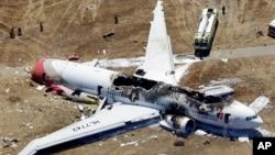 Đống đổ nát của chiếc máy bay Asiana tại sân bay Quốc tế San Francisco, ngày 6/7/2013.