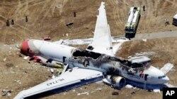 Bangkai pesawat Asiana Airlines penerbangan 214 yang jatuh di bandar udara internasional San Francisco (6/7). (Foto: AP)