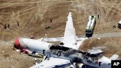2013年7月6日在美国西岸旧金山机场失事的韩国韩亚航空公司214班机的残骸现场。