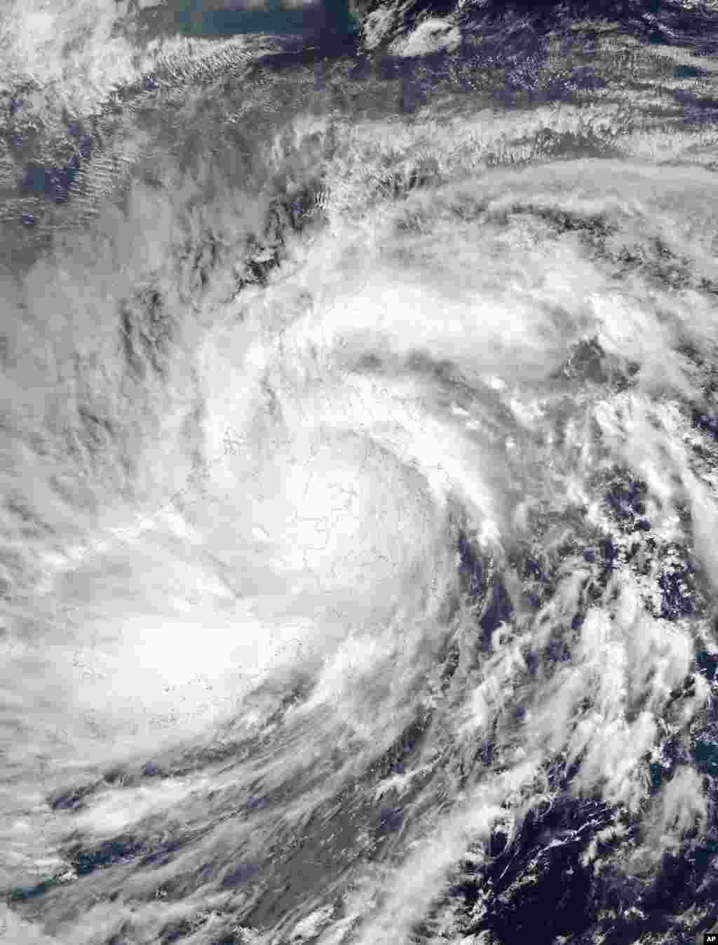 Satelitski snimak američke svemirske agencije, NASA, pokazuje kako se tajfun Hajan valja u pravcu Južnog kineskog mora.
