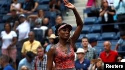 Venus Willams merayakan kemenangannya di babak pertama turnamen tenis AS Terbuka, di New York, 28 Agustus 2017.