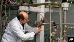 یکی از بازرسان آژانس بین المللی انرژی اتمی در حال از کار انداختن سانتریفیوژهای تاسیاست نطنز - ۲۰ ژانویه ۲۰۱۴