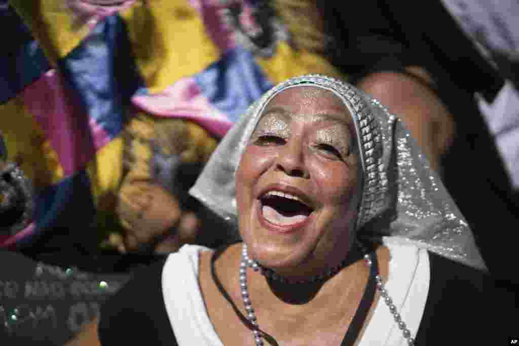 """Parada das """"Carmelitas"""" no Rio de Janeiro, Brasil, Fev. 13, 2015."""