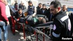 지난 27일 가자지구 남부 라파흐에서 이스라엘 공습이 있은 후 으로 부상당한 팔레스타인 남성을 병원으로 이송하고 있다.