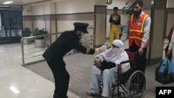 باچا خان انٹرنیشنل ایئرپورٹ پشاور میں فلائٹ سے اترنے والی ایک خاتون کا ٹمپریچر چیک کیا جا رہا ہے۔