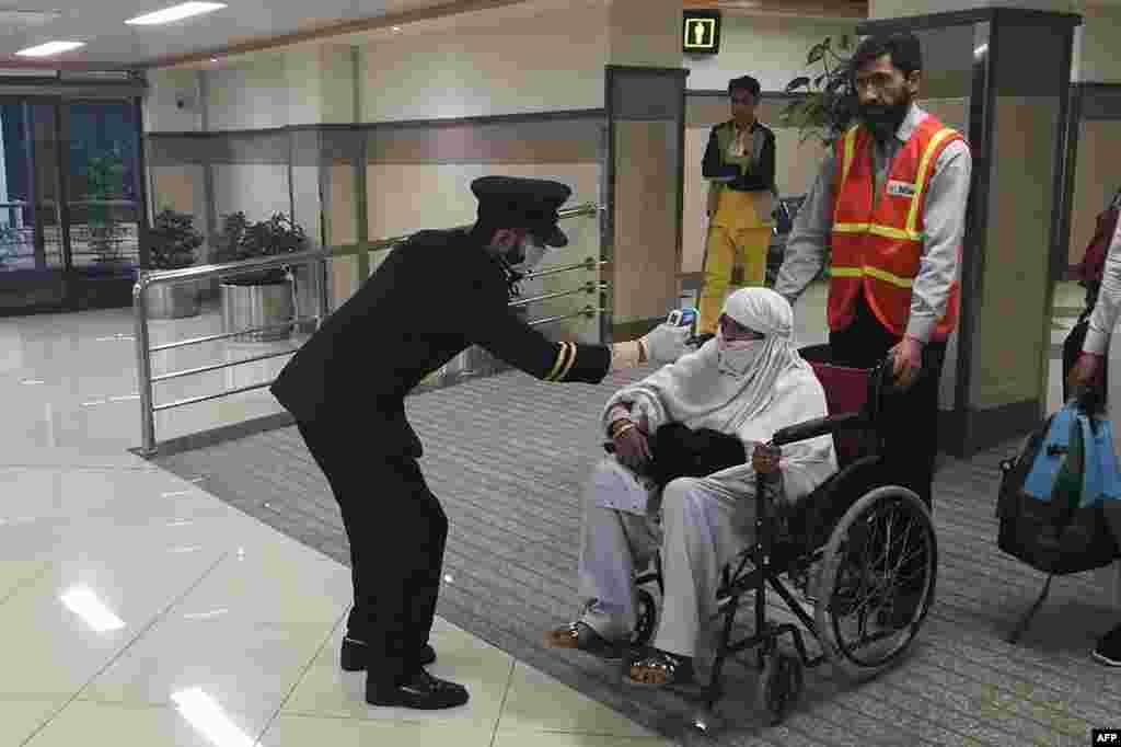 ملک کے تمام ہوائی اڈوں پر بیرون ملک سے آنے والے افراد کی اسکریننگ سخت کردی گئی ہے۔کرونا وائرس کا ایک کیس کراچی جب کہ دوسرا اسلام آباد سے رپورٹ ہوا ہے۔