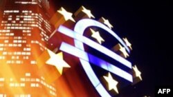 Euro dobësohet kundrejt dollarit