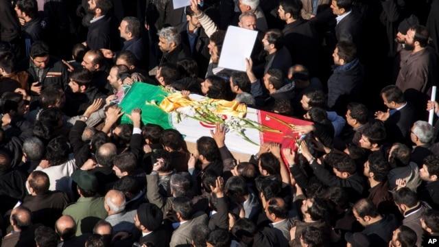 Người dân Iran thương tiếc Tướng Hassan Shateri, khiêng quan tài có phủ quốc kì Iran trong đám tang của ông ở Tehran, Iran, F14/2/2013. (AP Photo/Fars News Agency, Saeed Kariminejad)