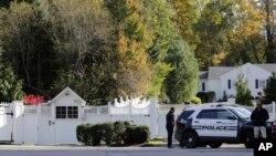 警车停在克林顿夫妇位于纽约郊区的住所门口