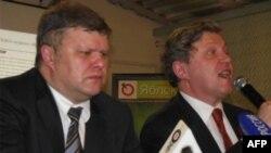 Слева направо: Сергей Митрохин и Григорий Явлинский в своем предвыборном штабе.