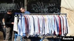 Un vendeur de vêtements à Alep, en Syrie, le 24 mars 2013. (REUTERS/Giath Taha)
