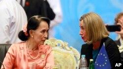 ႏိုင္ငံေတာ္အတိုင္ပင္ခံပုဂၢိဳလ္ေဒၚေအာင္ဆန္းစုၾကည္ ႏွင့္ ဥေရာပ သမဂၢ ႏုိင္ငံျခားေရး မူ၀ါဒဆိုင္ရာ အႀကီးအကဲ Federica Mogherini တို႔ကို ASEM အစည္းအေ၀းအတြင္းေတြ႔ရစဥ္