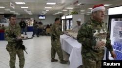 Pasukan NATO makan malam merayakan Natal di Kabul, Afghanistan, 25 Desember 2015. (Foto: ilustrasi)