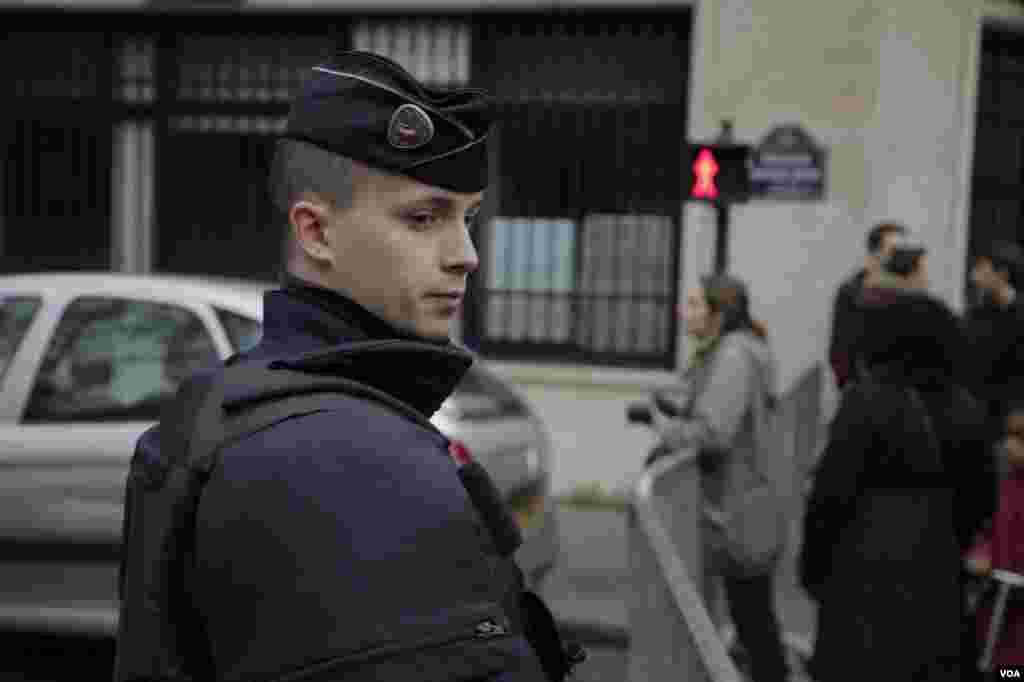 ماموران نظامی و پلیس در پاریس حفظ نظم و امنیت شهر را برعهده دارند. عکس: خبرنگار بخش فارسی صدای آمریکا در پاریس