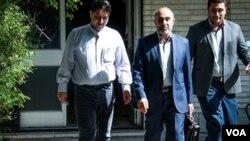 آقای براتلو (نفر وسط) پیشتر رئیس ستاد انتخابات در استانداری تهران بود.