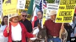 Una de las protestas en apoyo al otorgamiento de licencias de conducir para inmigrantes indocumentados, en Sacramento, California. Luego de que se aprobara una ley en enero de 2015, el estado emitió más de medio millón de licencias para inmigrantes ilegales. Foto de Archivo.
