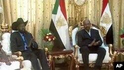 A droite, Omar el-Bechir, président du Soudan, et le général Salva Kiir, président du Sud-Soudan, à gauche.