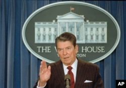 Presiden AS Ronald Reagan di Gedung Putih, Washington, D.C., 25 November 1986.