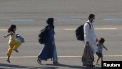 کابل سے انخلا کے بعد بیلجیم کے ایک فوجی ایئر بیس پر پہنچنے والی ایک افغان فیملی۔ 25 اگست 2021