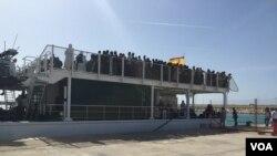 Des migrants secourus par un navire espagnol arrivent au port de Pozzallo, Sicile, Italie, octobre 2015. (VOA/Abdulaziz Osman)