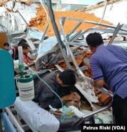 Proses evakuasi pasien yang tertimpa atap ambruk di pavilliun 7 Ruang Syaraf RSAL Dr. Ramelan Surabaya.
