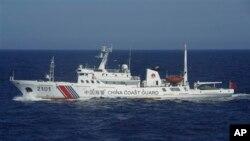 Un barco de la guardia costera china patrulla las aguas cerca de las islas disputadas con Japón.