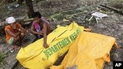 印尼灾民痛失亲人