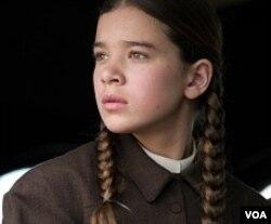 Hailee Steinfeld berperang sebagai Mattie Ross, anak muda yang mencari pembunuh ayahnya.