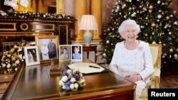 La reine Elizabeth sits à son bureau au Buckingham Palace, à Londres, le 24 décembre 2017.