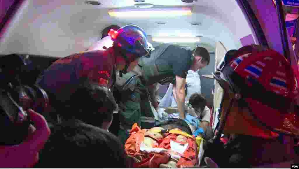Des secours évacuent l'une des personnes blessées par l'explosion, Bangkok, 17 août 2015.