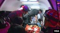 护理人员正在抢救一名曼谷市中心爆炸的伤者。