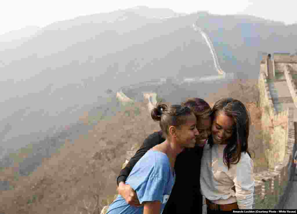 La Première dame et ses filles Sasha et Malia visitent le Grand mur de Chine, le 23 mars 2014.