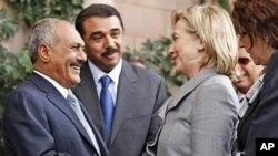 美国国务卿克林顿(右)今年1月在也门会晤也门总统萨利赫(左)