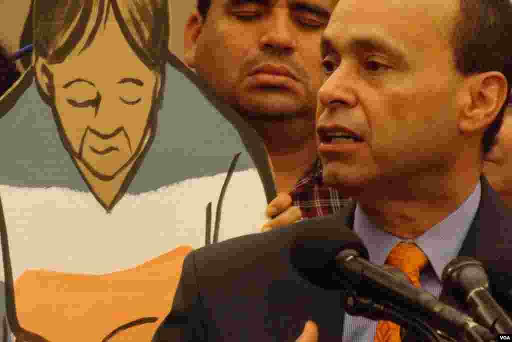 El congresista Luis Gutiérrez expresó la urgencia de frenar las deportaciones para mantener a las familias unidas.