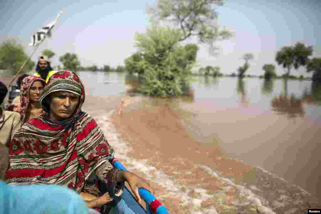 پانی میں پھنسے ہوئے افراد کو کشتیوں اور ہیلی کاپٹروں کی مدد سے محفوظ مقامات پر منتقل کیا جا رہا ہے۔