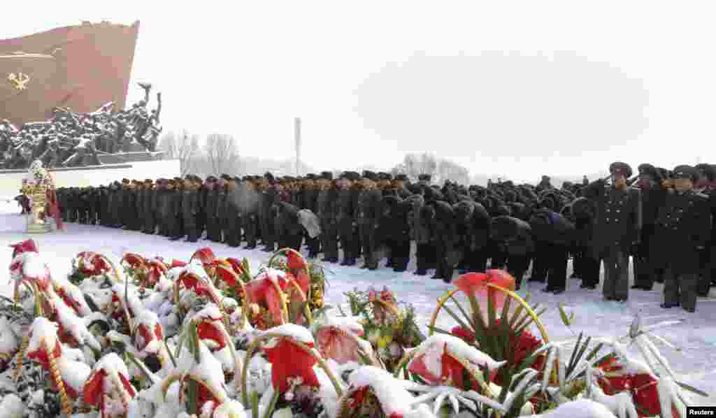Северная Корея. Пхеньян. Первый день Нового года. Торжественное построение у памятника вождям государства Ким Ир Сену и Ким Чен Иру