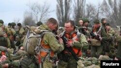 俄羅斯空降兵部隊在亞速海的塔甘羅格港進行的演習期間準備登上伊爾-76運輸機。 (2021年4月22日)