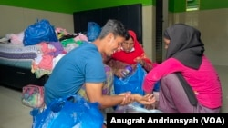 Pengungsi etnis Muslim-Rohinga yang baru tiba di Medan usai dipindahkan dari Aceh Timur dan ditempatkan sementara di Hotel Bukit Panembahen, Kota Medan, Sumatera Utara, Kamis 10 Juni 2021. (Foto: VOA/Anugrah Andriansyah)