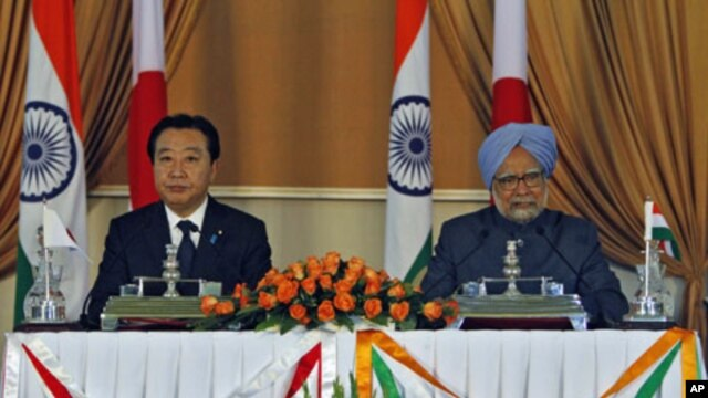 India's Prime Minister Manmohan Singh (R) speaks during a joint news conference as his Japanese counterpart Yoshihiko Noda looks on after their meeting in New Delhi, December 28, 2011.