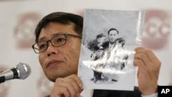 1969년 북한의 대한항공 납치 피해자 황원 씨의 아들인 황인철 씨가 지난해 5월 기자회견에서 어린 시절 아버지와 찍은 사진을 들어 보이고 있다.