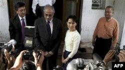 Bà Aung San Suu Kyi (giữa phải) chào đón Vijay Nambiar (giữa trái), chánh văn phòng của Tổng thư ký Liên hiệp quốc Ban Ki Moon, tại nhà của bà ở Yangon, ngày 27 tháng 11-27-2010, 2010.