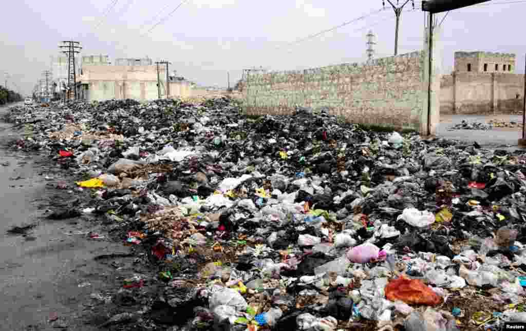 11일 쓰레기로 가득찬 시리아 알레포시 거리.