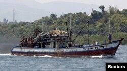 """2012年5月10日﹐菲律賓漁民在中菲之間有爭議島嶼,菲律賓稱""""斯卡伯勒淺灘"""",中國稱""""黃岩島""""作業。"""