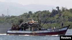 Ngư dân Philippines đánh cá gần bãi cạn Scarborough. Trung Quốc và Philippines chỉ mới kết thúc cuộc giằng co kéo dài nhiều tháng ở bãi cạn Scarborough, một vùng biển mà cả hai nước cùng tuyên bố chủ quyền