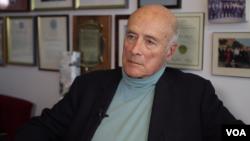 美国著名的国际政治学家、哈佛大学教授约瑟夫奈在他办公室接受美国之音记者莉雅的专访。(美国之音久岛拍摄)
