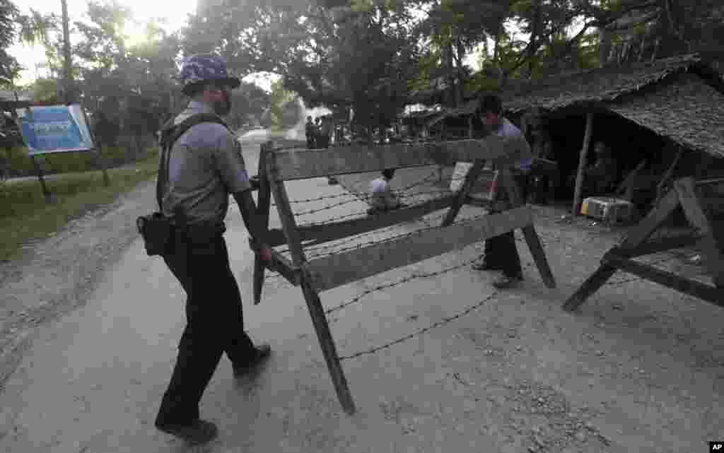 Police set barricades as they provide security in Thandwe, Rakhine State, western Burma, Oct. 1, 2013.