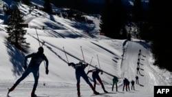 ورزشکاران رشته دوگانه در مسابقات جهانی دوگانه در هوشفیلزن اتریش در تاریخ ۱۹ فوریه ۲۰۱۷ در یک مسابقه ۱۵ کیلومتر مردان رقابت میکنند.